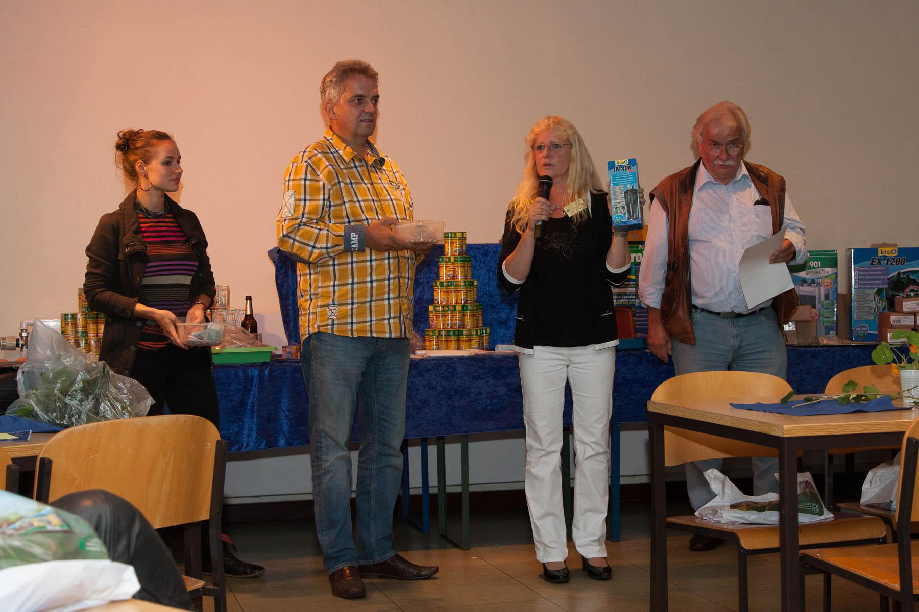 Fleißige Hände bei der Auktion Foto Uwe Konrad