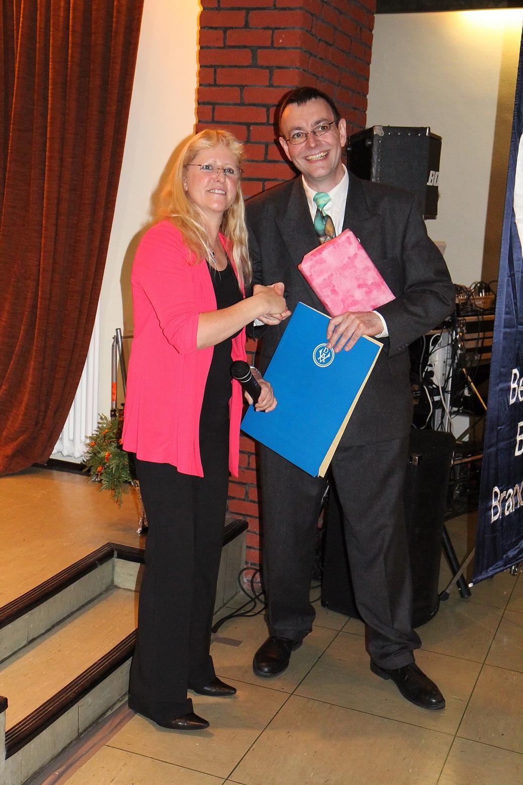 Die Bezirksvorsitzende Christel Kasselmann überreicht dem Vorsitzenden des Vereins Naturfreunde im 20. Bezirk, Andreas Kersjes, die Urkunde zum 100jährigen Bestehen_resize
