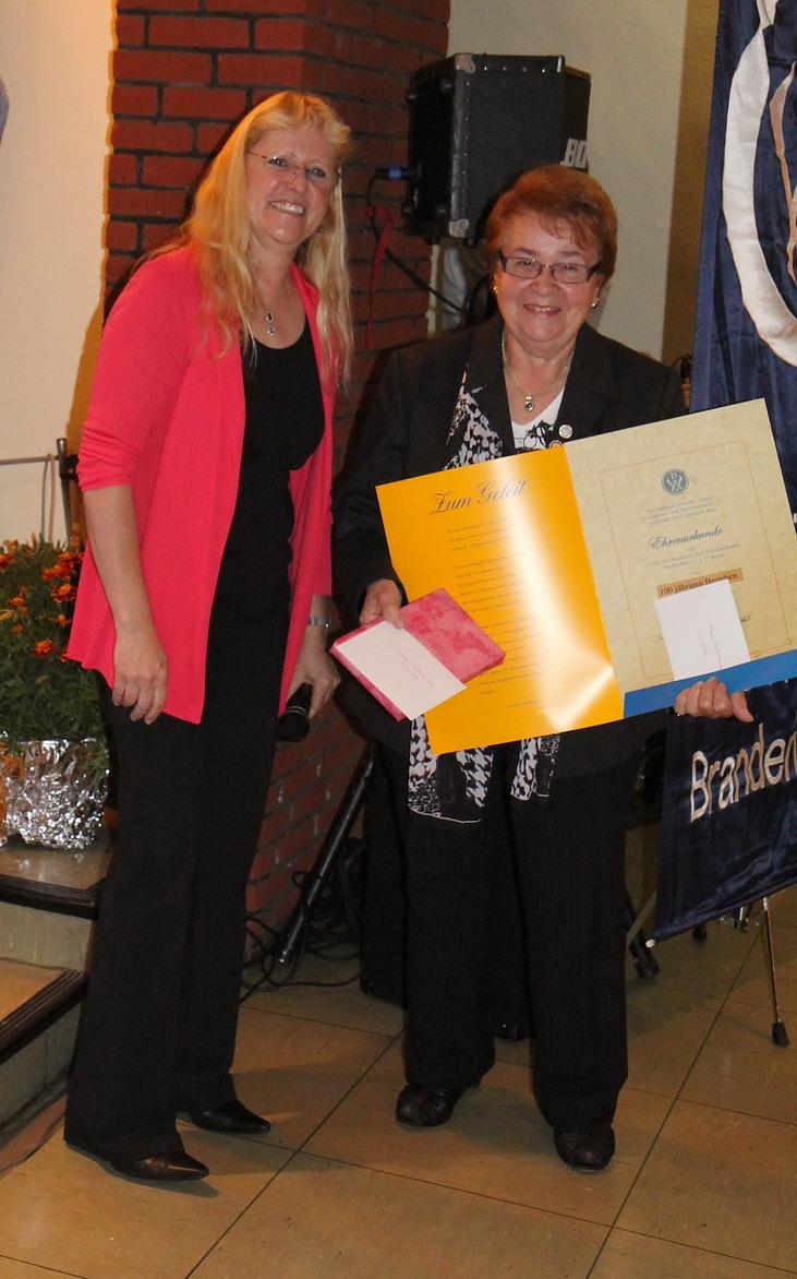 Die Vorsitzende des Vereins Humboldrose, Renate Klocke, nimmt die Auszeichnung vn der Bezirksvorsitzenden C. Kasselmann entgegen_resize