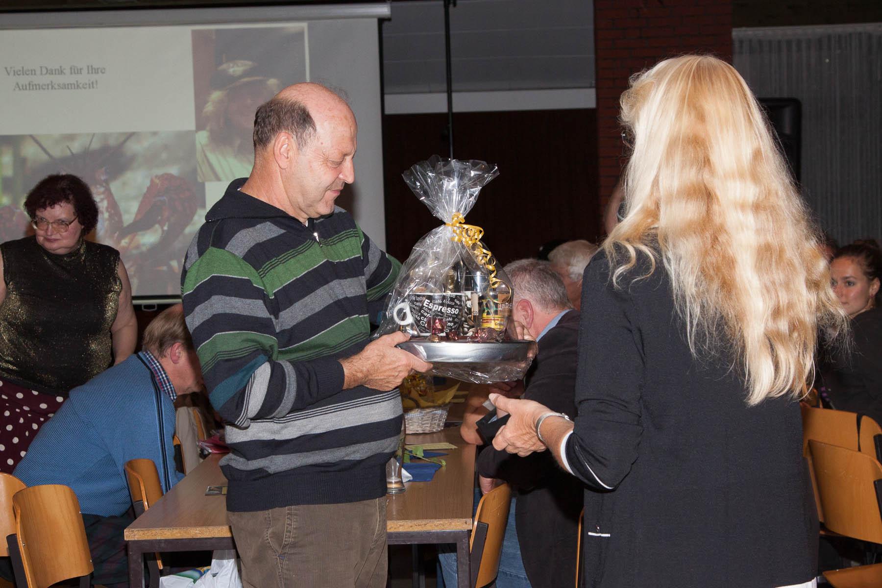 Foto Uwe Konrad Referent Uwe Werner freut sich über Geschenk des Bezirks